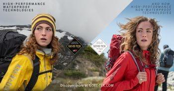Zwei Frauen, die Outdoorjacken tragen, eine trägt eine wasserdichte Gore-Tex Jacke, die andere eine nicht-wasserdichte Gore-Tex Infinium Jacke