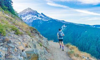 eine Person läuft auf einem Trail