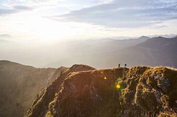 zwei Wanderer befinden sich auf einem entfernten Berggrat