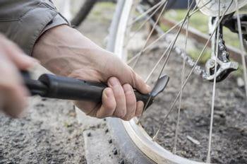 ein Fahrradreifen wird aufgepumpt