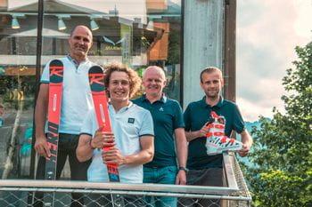 Das Bründl Sports Racing Service Team mit Skirennläufer Sam Maes