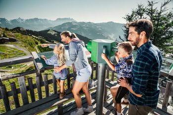 eine Familie auf einem Aussichtspunkt