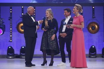 Valentina Höll und Christoph Bründl auf der Bühne zwischen den Moderatoren der Leonidas Fritz Egger und Alexandra Meissnitzer