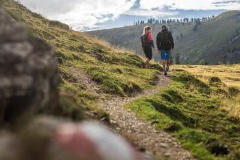 zwei Wanderer auf dem Weg zur Postalm