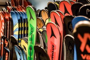 Various skis of Atomic, Völkl, Salomon next to each other