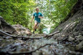 Stefan Brennsteiner beim Laufen im Wald