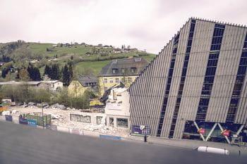Gebäude neben Bründl Sports Flagshipstore fast abgerissen