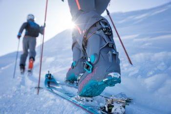 Abbildung eines Skitouren Schuhs auf einem Ski