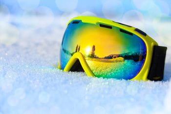 Eine Skibrille im Schnee liegend