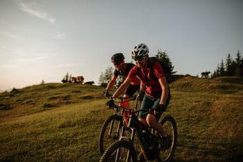 Radfahrer beim runter fahren vom Berg
