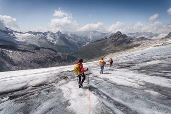 eine Gruppe Wanderer in der Winterlandschaft