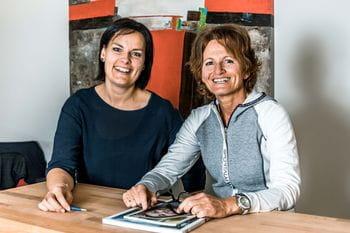 zwei Mitarbeiterinnen der Personalabteilung