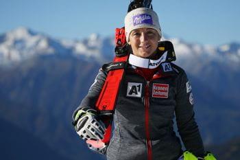 Michaela Kirchgasser mit Atomic Ski auf der Schulter.
