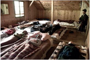 mehrere Personen liegen im Spa-Bereich eines Hotels auf hölzernen Flächen, um sich zu entspannen