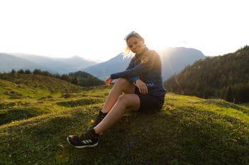 Eva Maria beim Wandern auf der Steinalm mit dem Adidas Free Hiker Parley
