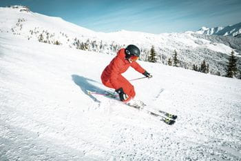A female skier is skiing at the Schmittenhöhe in Zell am See