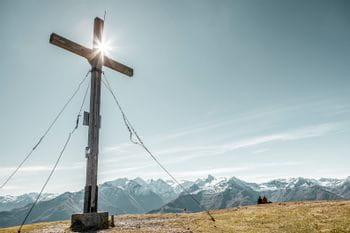 das Bild zeigt ein Gipfelkreuz