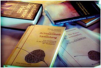 """das Bild zeigte mehrere Bücher zum Thema """"Achtsamkeit"""""""