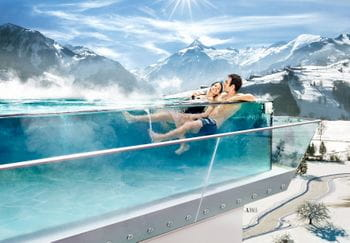 Ein Paar genießt den Infinyty Pool mit Blick über Kaprun