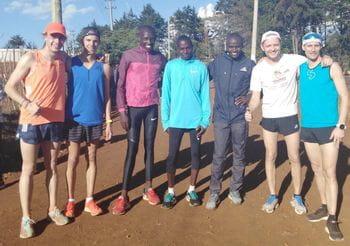 Eine Gruppe von Läufern steht zusammen für ein Gruppenfoto
