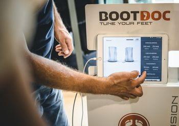 Skischuhe anpassen: Am Tablet der Boot Doc Station sieht man die genauen Abmessungen der Füße