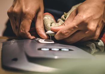 die Diebstahlsicherung einer Textilie wird entfernt