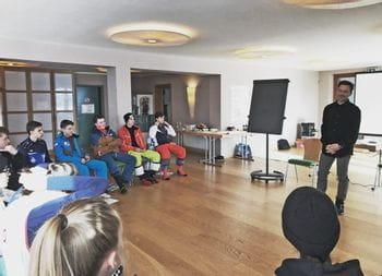 Christoph Bründl begrüßt die Lehrlinge zur Junior Akademie