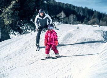 Kind und Vater beim Skifahren