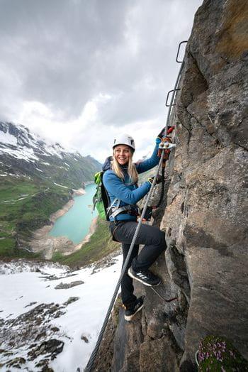 Eva Maria am Klettersteig in Kaprun mit dem Adidas Free Hiker Parley
