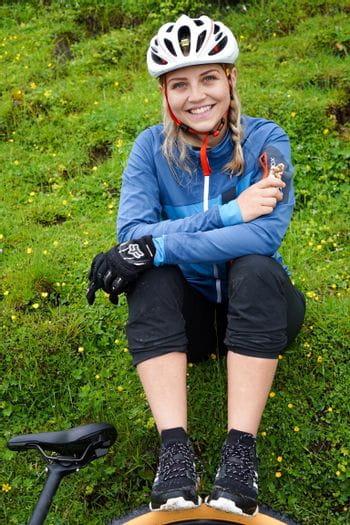 Eva Maria beim Biken in Maria Alm mit dem Adidas Free Hiker Parley