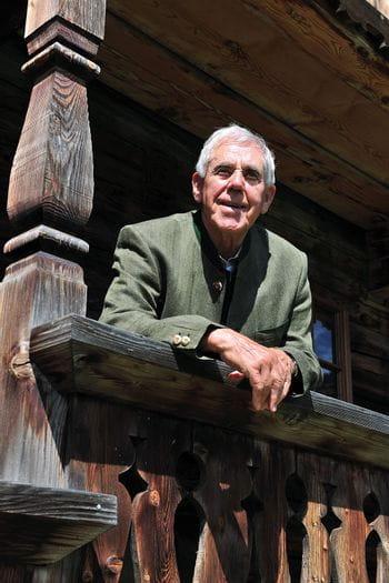 ein älterer Mann schaut von einem Balkon