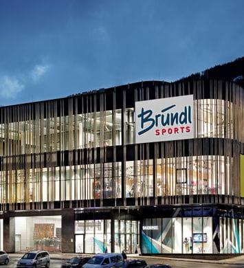 Beleuchtetes Schaufenster Bründl Sports Spieljochbahn Talstation - Abendaufnahme <br/>