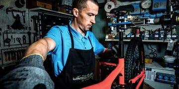 ein Mann beim Radservice