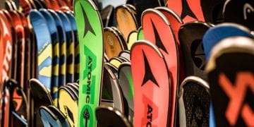 Various skis of Atomic, Völkl, Salomon next to each other