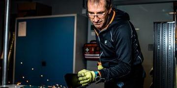 Bründl Sports Mitarbeiter beim Skiservice – die Funken sprühen