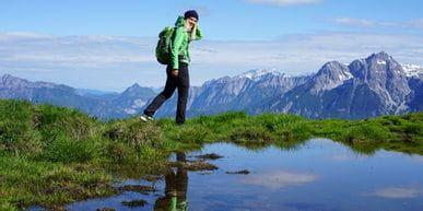 Eva Maria beim Wandern am Hundstein mit dem Adidas Free Hiker Parley