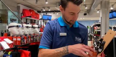 Bründl Mitarbeiter beim halten einer Bindung in einem Bründlshop.