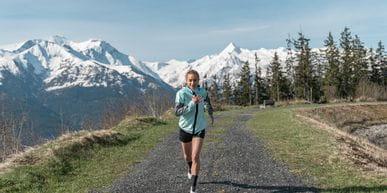 Adidas Terrex Trailrunning Marie beim Laufen am Speicherteich