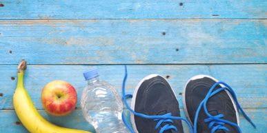 Obst, Wasser und Laufschuhe