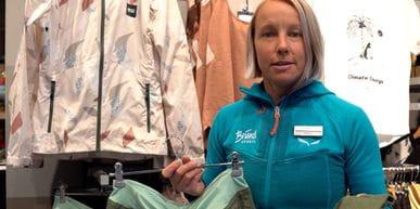 Bründl Sports Mitarbeiterin steht vor einer Wand und stellt eine nachhaltige Wanderhose von Patagonia vor.