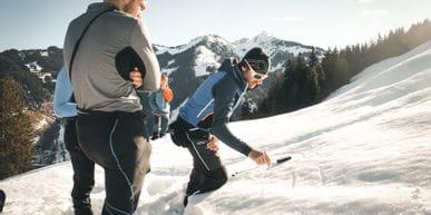 Erklärung der Funktionsweise eines LVS durch den Bergführer