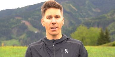 Bründl Sports Mitarbeiter steht in der Wiese und stellt den ON Cloud Ultra Laufschuh vor.