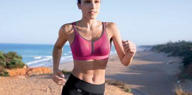 Eine Dame beim Laufen mit einem Sport-BH von Anita