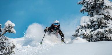 Ein Skifahrer beim Tiefschneeskifahren