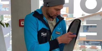 Bründl-Mitarbeiter beim einstellen von Fellen auf Skitourskies