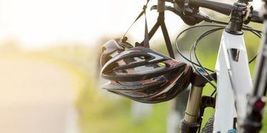 ein Helm hängt am Lenker eines Fahrrades