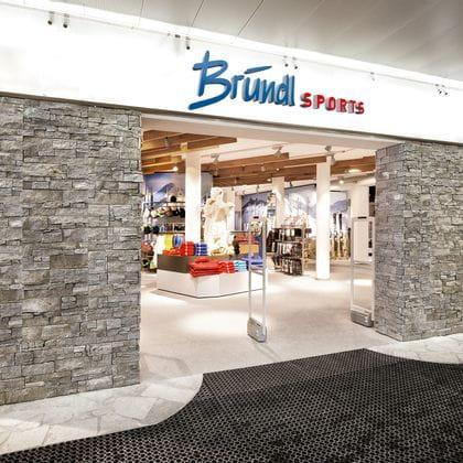 Eingang mit Blick in den Shop Bründl Sports Alpincenter<br/>