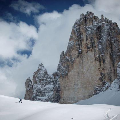 Ein Mann genießt eine Skitour in den Alpen.