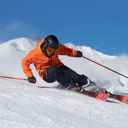 Ein Skifahrer auf einem Völkl Ski
