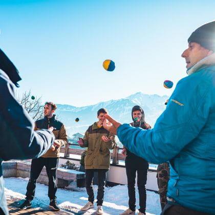 Lehrlinge mit Bernhard Bründl beim Bällespiel im Freien